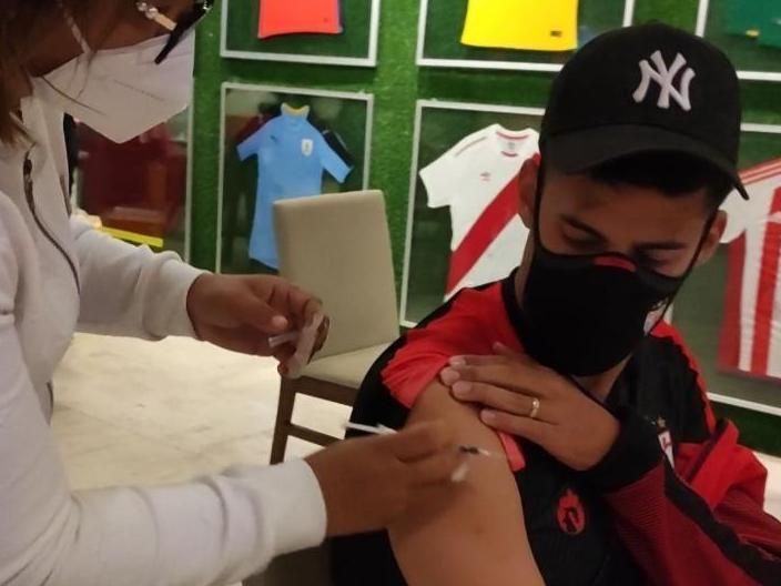 Elenco do time goiano recebeu imunização após partida no Paraguai
