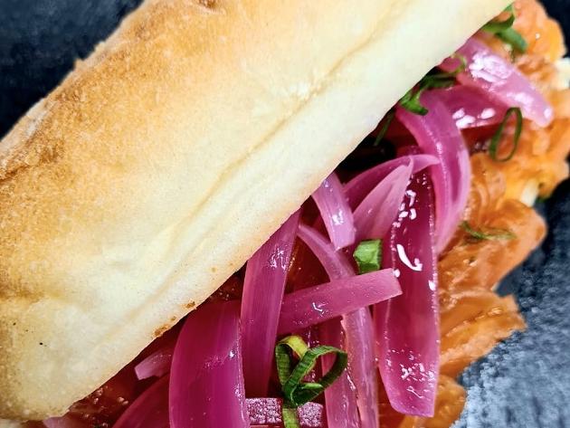 Ciabatta com salmão, cream cheese e picles de cebola   Band Receitas