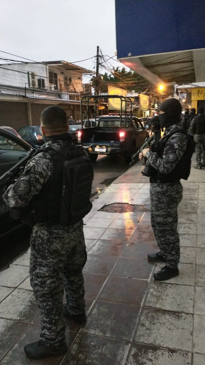 Polícia Civil investiga se a morte de três homens na comunidade do Terreirão, RJ, tem relação com uma disputa de território envolvendo milícia